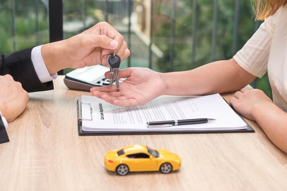 handing over new keys after car loan